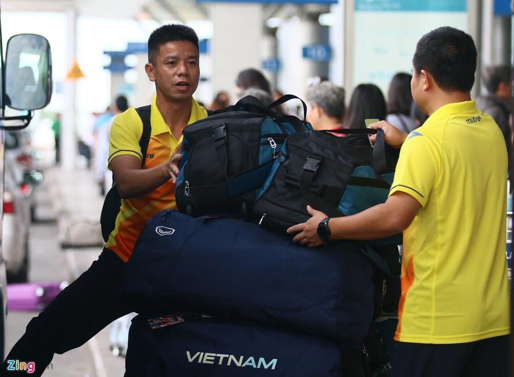 Thanh Chung lang le ra ve khi Olympic Viet Nam len duong du ASIAD hinh anh 6