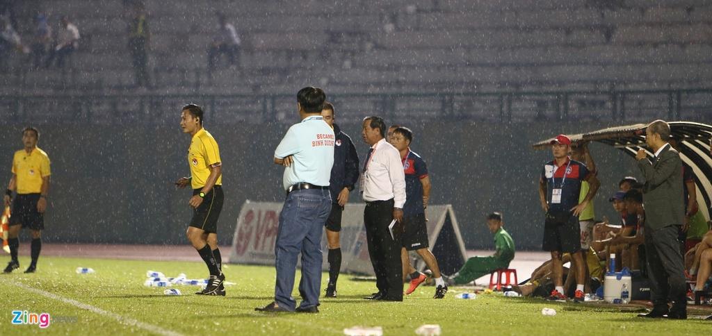 Giam sat V.League lan dau xuong can thiep quyet dinh cua trong tai hinh anh 8
