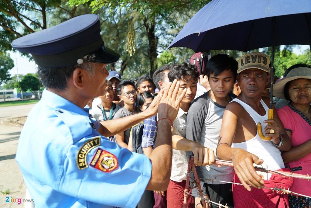 Nguoi dan Myanmar doi nang mua ve xem tran gap tuyen Viet Nam hinh anh 4