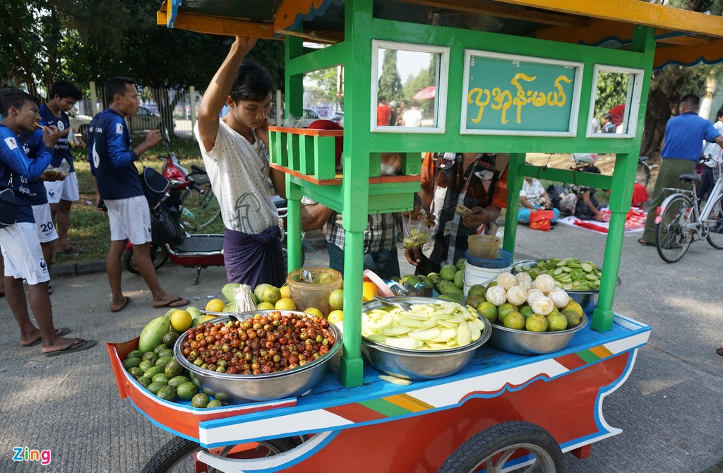 Nguoi dan Myanmar doi nang mua ve xem tran gap tuyen Viet Nam hinh anh 6