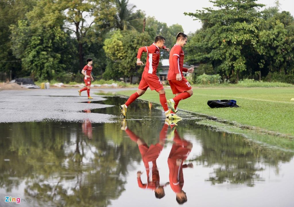 Thay tro ong Park chay dua voi mat troi o buoi tap tai Myanmar hinh anh 2