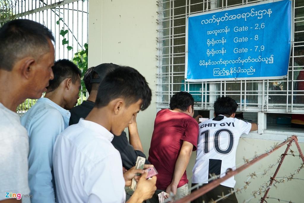 Nguoi dan Myanmar doi nang mua ve xem tran gap tuyen Viet Nam hinh anh 8