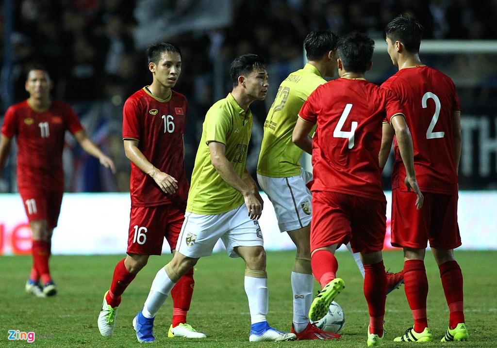 Vi sao Doan Van Hau bi cau thu Thai Lan va thang vao mat hinh anh 2