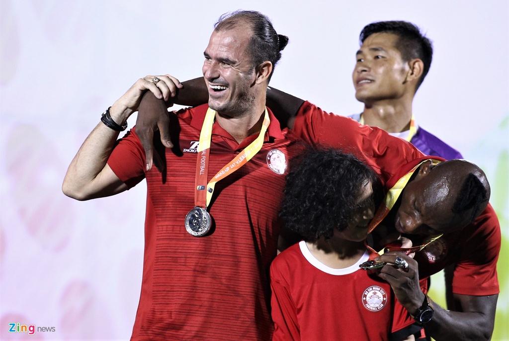 Cuu tro ly Guus Hiddink an mung danh hieu dau tien o V.League hinh anh 6