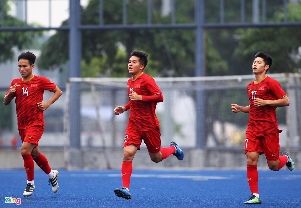 Bui Tien Dung di dao cung dong doi truoc tran gap Singapore hinh anh 9