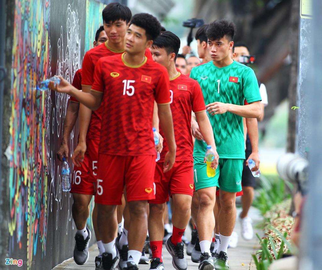 Bui Tien Dung di dao cung dong doi truoc tran gap Singapore hinh anh 2
