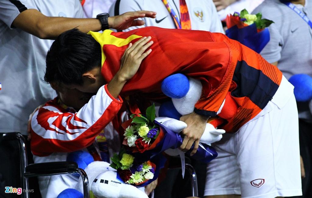 Van Hau dong vien Evan Dimas khi nhan huy chuong hinh anh 7