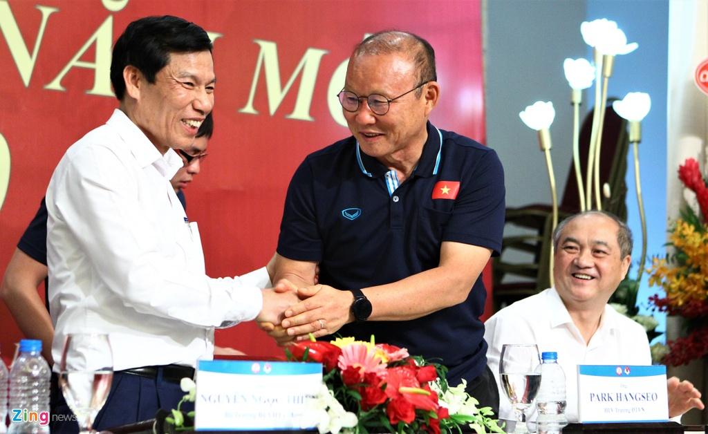 Ong Park ngai ngung khi duoc Bo truong moi len san khau hinh anh 7 bo_truong_u23_vietnam_9_zing.jpg