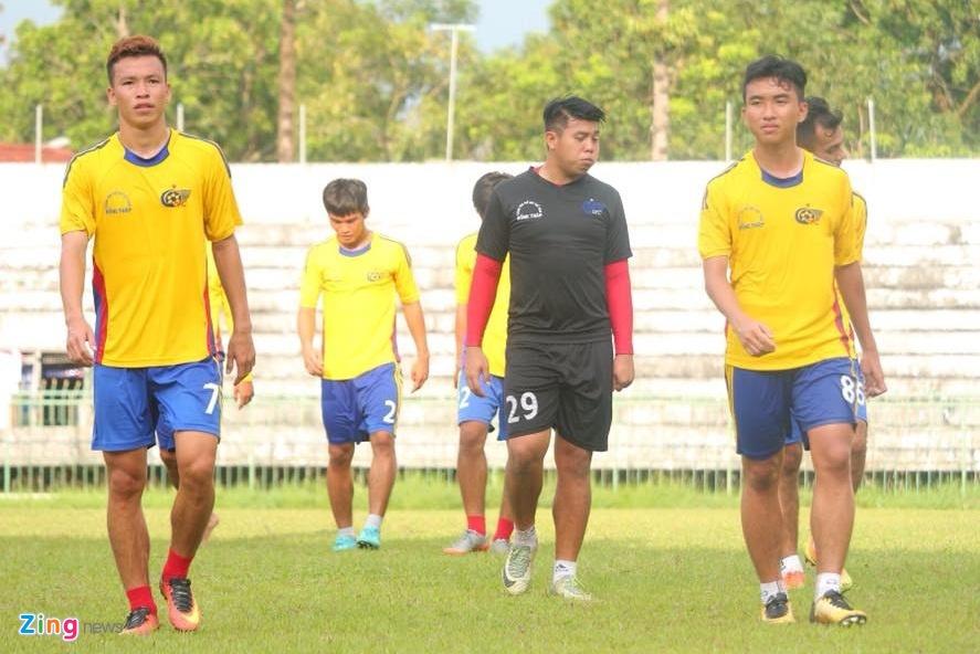 Cao Tấn Hoài (trái), thủ môn Nhật Trường (giữa) và tiền đạo Trần Công Minh đều bị phạt 2,5 triệu đồng và cấm thi đấu 6 tháng.
