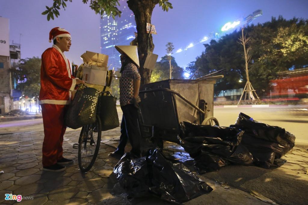 'Ong gia Noel' lan loi dem hom tang qua cho nguoi vo gia cu hinh anh 10