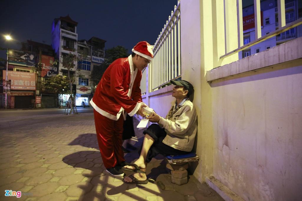 'Ong gia Noel' lan loi dem hom tang qua cho nguoi vo gia cu hinh anh 13