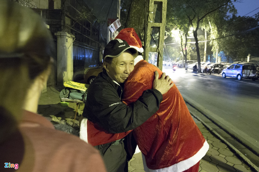 'Ong gia Noel' lan loi dem hom tang qua cho nguoi vo gia cu hinh anh 14