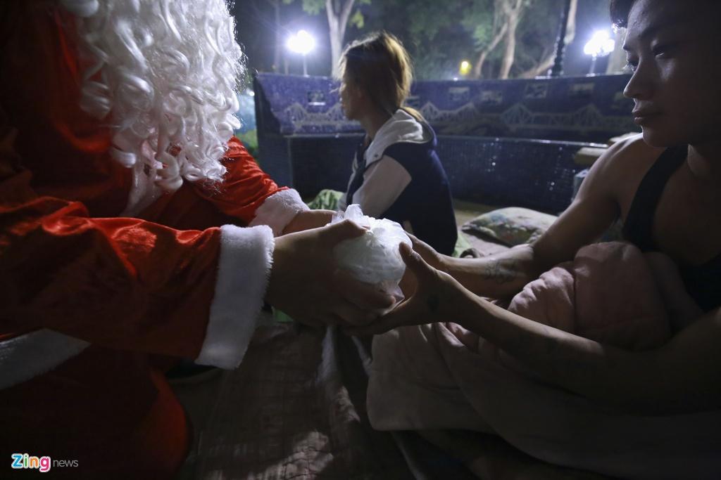 'Ong gia Noel' lan loi dem hom tang qua cho nguoi vo gia cu hinh anh 5