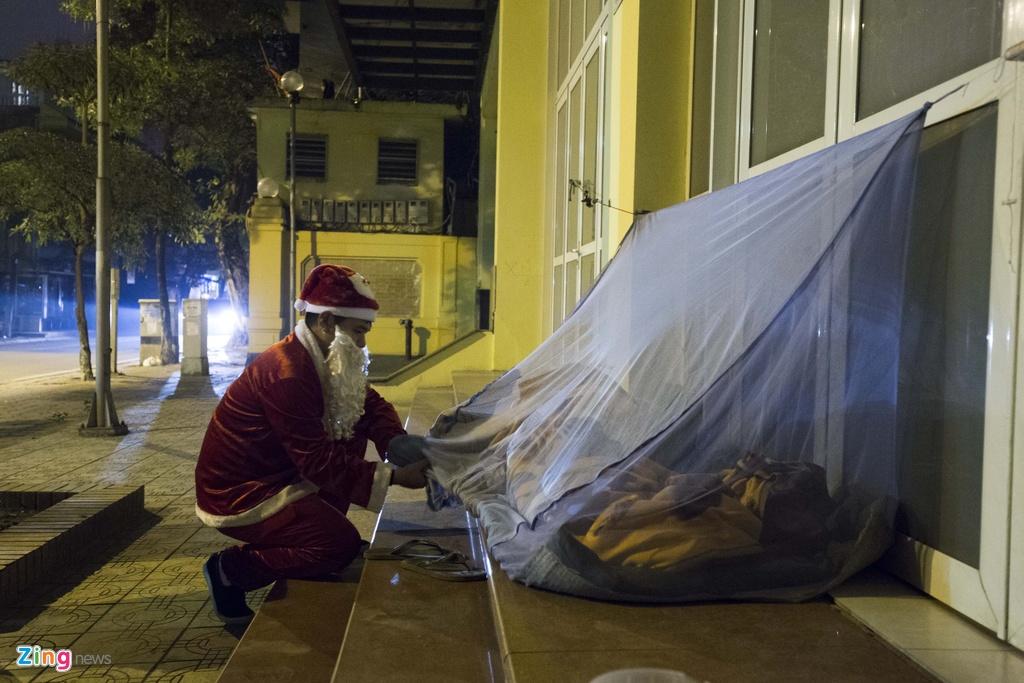 'Ong gia Noel' lan loi dem hom tang qua cho nguoi vo gia cu hinh anh 8