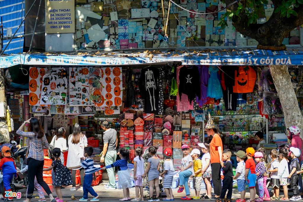 Đồ chơi kinh dị giá lên tới tiền triệu bày bán nhan nhản mặt phố