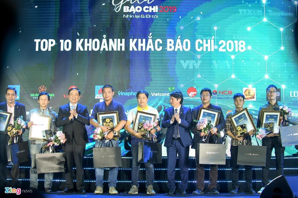 3 phut lu du cuon phang ca ban ngheo lot top 10 khoanh khac bao chi hinh anh 11
