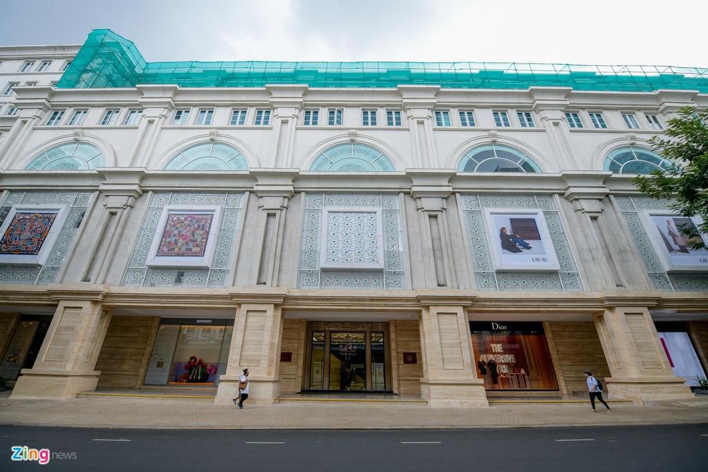 Đặc biệt xung quanh toà nhà Union Square, các thương hiệu xa xỉ hàng đầu thế giới khi vào Việt Nam đều cố gắng tìm cách đặt cửa hàng của mình ở đây như hành động khẳng định vị thế.