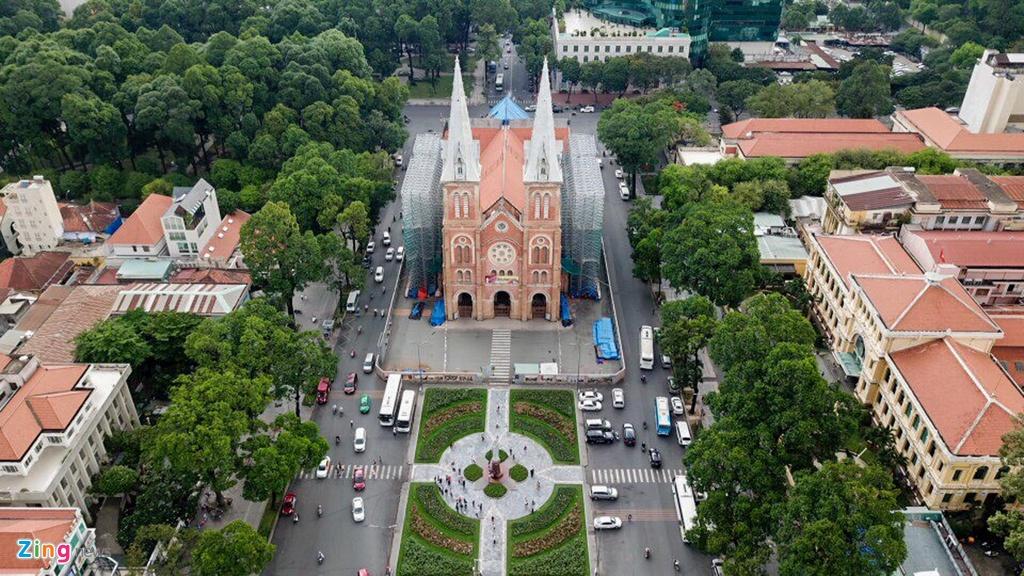 Kéo dài từ quảng trường Công xã Paris đến đường Tôn Đức Thắng bên bờ sông Sài Gòn, đường Đồng Khởi chỉ dài 630 m, nhưng là nơi tọa lạc của hàng chục công trình mang tính biểu tượng của thành phố.