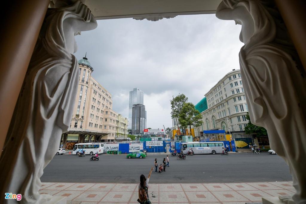 Các công trình tiêu biểu nằm trên trục đường này như Nhà hát Thành phố, Nhà thờ Đức Bà, Công trường Lam Sơn (trước đây là Quảng trường Francis Garnier)...