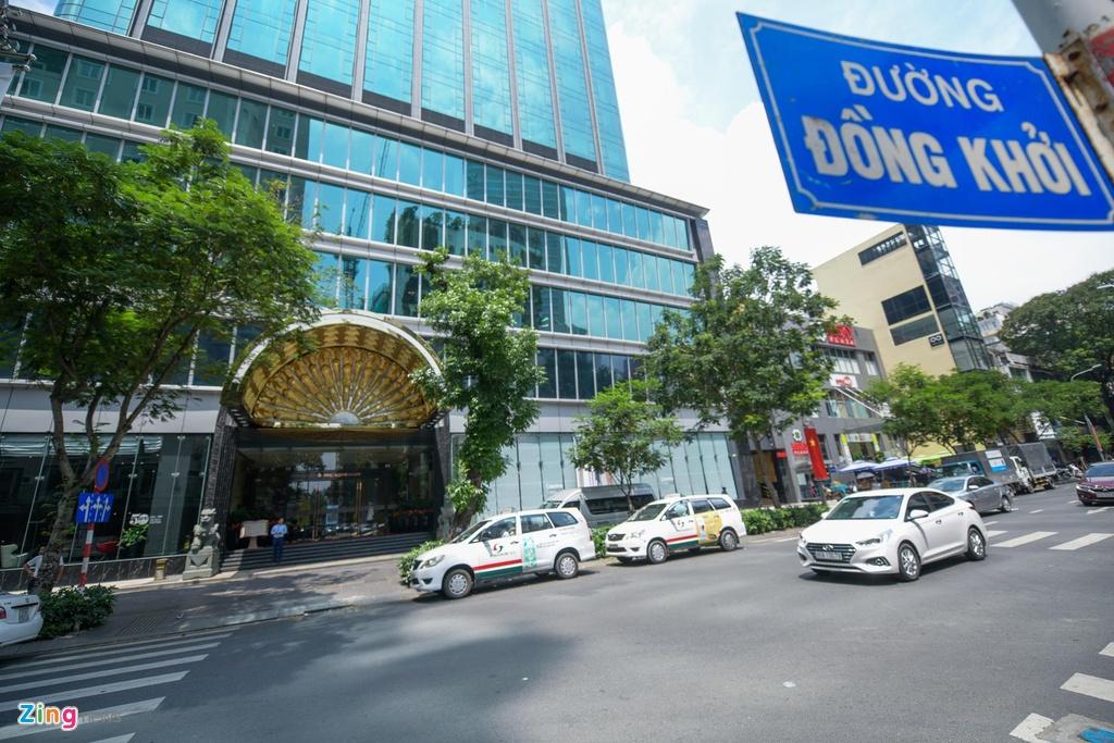 Con đường này cũng có hàng loạt khách sạn lâu đời và có giá trị về mặt kiến trúc như Continental (1880), Majestic (1925), Grand Hotel Saigon (1930) và cả những khách sạn mới xếp hạng 5 sao
