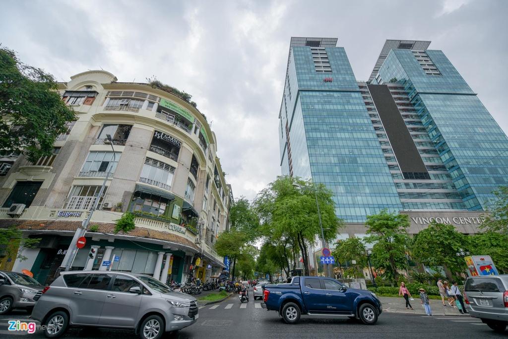 Con đường cũng được bao quanh bởi các trung tâm tài chính, trung tâm thương mại cao cấp, hiện đại như tháp đôi TTTM Vincom, tòa nhà Opera View, tòa nhà Sài Gòn Metropolitan, Union Square...