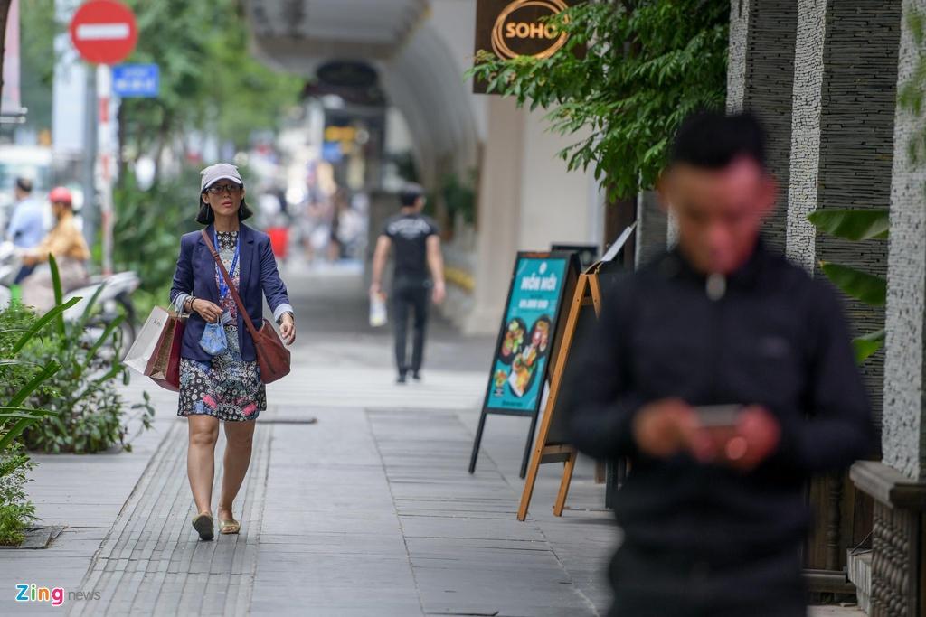 Vỉa hè khu phố Đồng Khởi khá sạch sẽ và thoáng đãng, người dân và du khách có thể thoải mái đi lại.