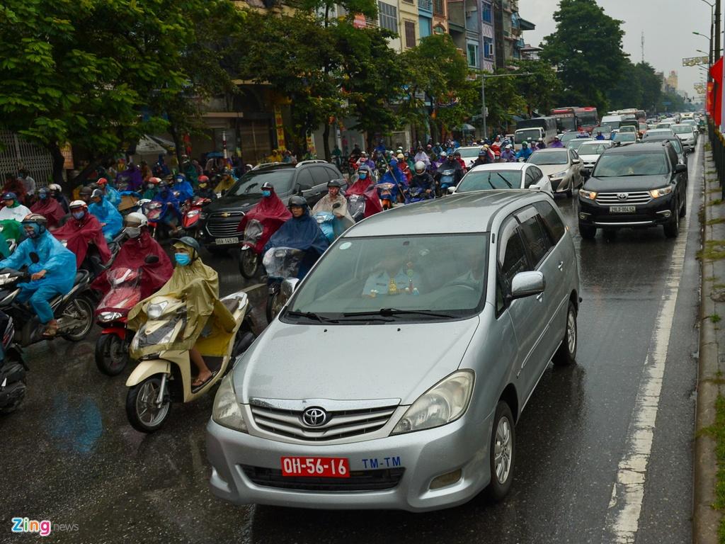 Mưa trút xuống, ôtô lại rồng rắn trên đường phố