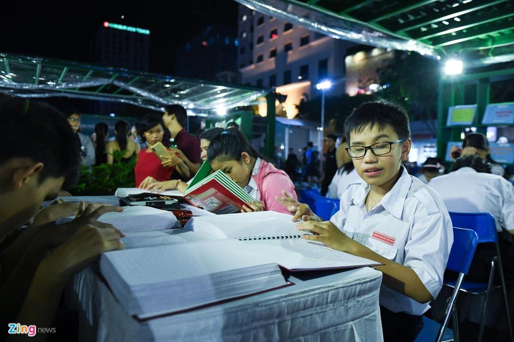 Pho di bo Nguyen Hue thu hut hang nghin nguoi me sach hinh anh 5