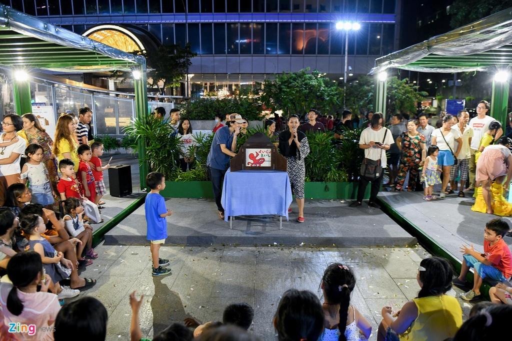 Pho di bo Nguyen Hue thu hut hang nghin nguoi me sach hinh anh 6