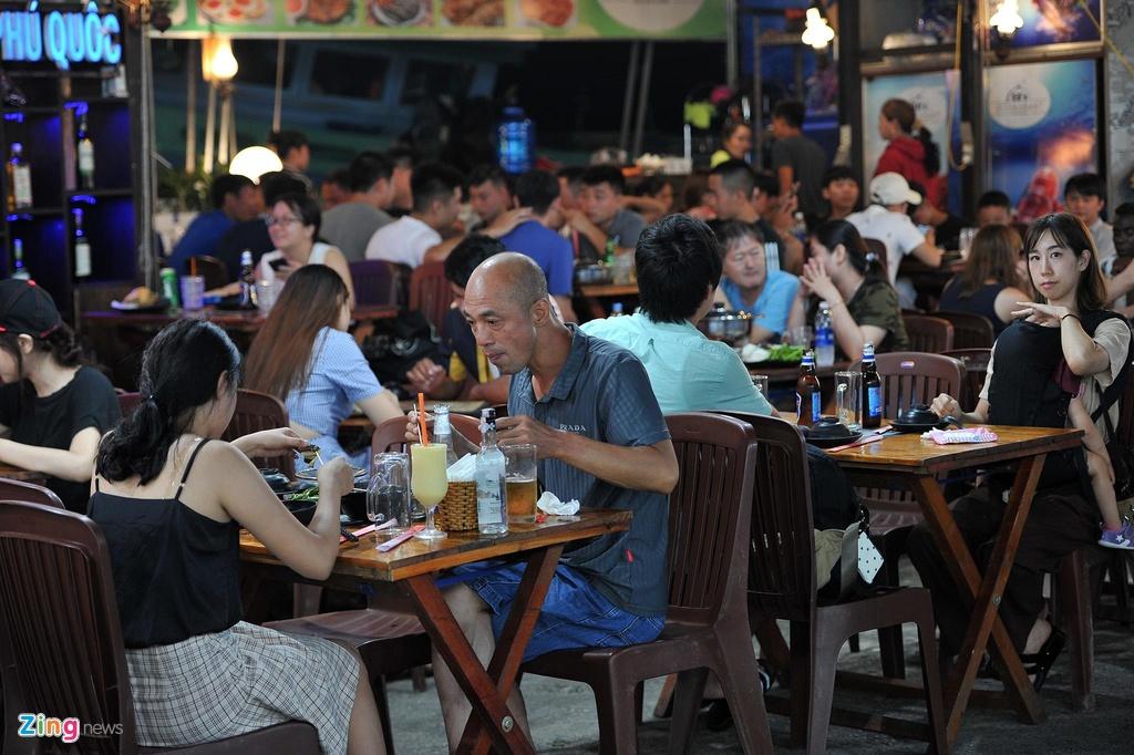 Cho dem Phu Quoc vang ve khac la dip nghi le hinh anh 6  - 6_zing - Chợ đêm Phú Quốc vắng vẻ khác lạ dịp nghỉ lễ