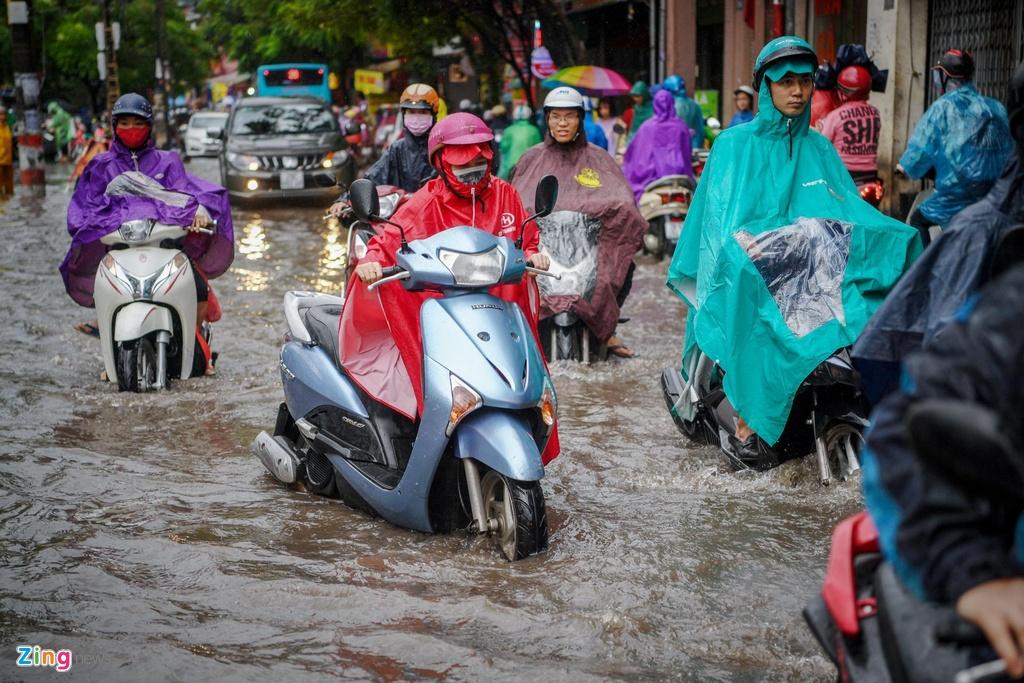 Ngã lăn trước đầu ôtô vì mưa ngập, ùn tắc đầu giờ sáng