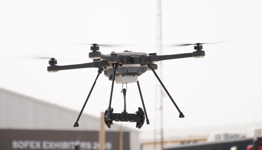Dua xe tren duong pho se bi drone quan su truy duoi tu tren khong hinh anh 5