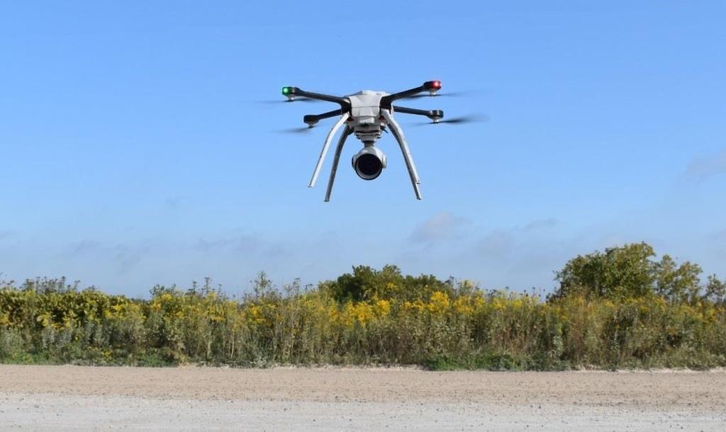 Dua xe tren duong pho se bi drone quan su truy duoi tu tren khong hinh anh 3