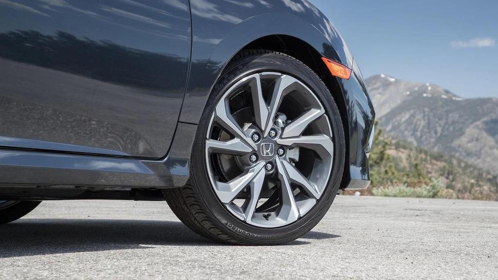 so sanh Toyota Corolla XSE 2020 va Honda Civic Touring 2019 anh 7