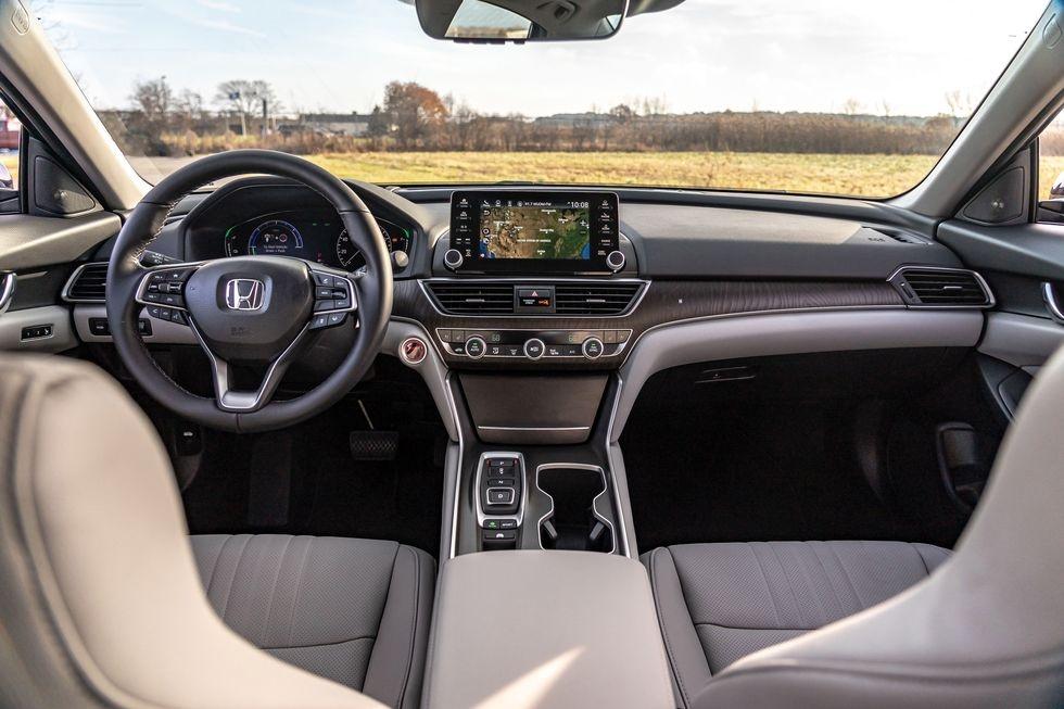 Chon sedan tiet kiem, Honda Accord hay Toyota Camry? hinh anh 5 2019_honda_accord_hybrid_and_2019_toyota_camry_hybrid_110_1578505292.jpg