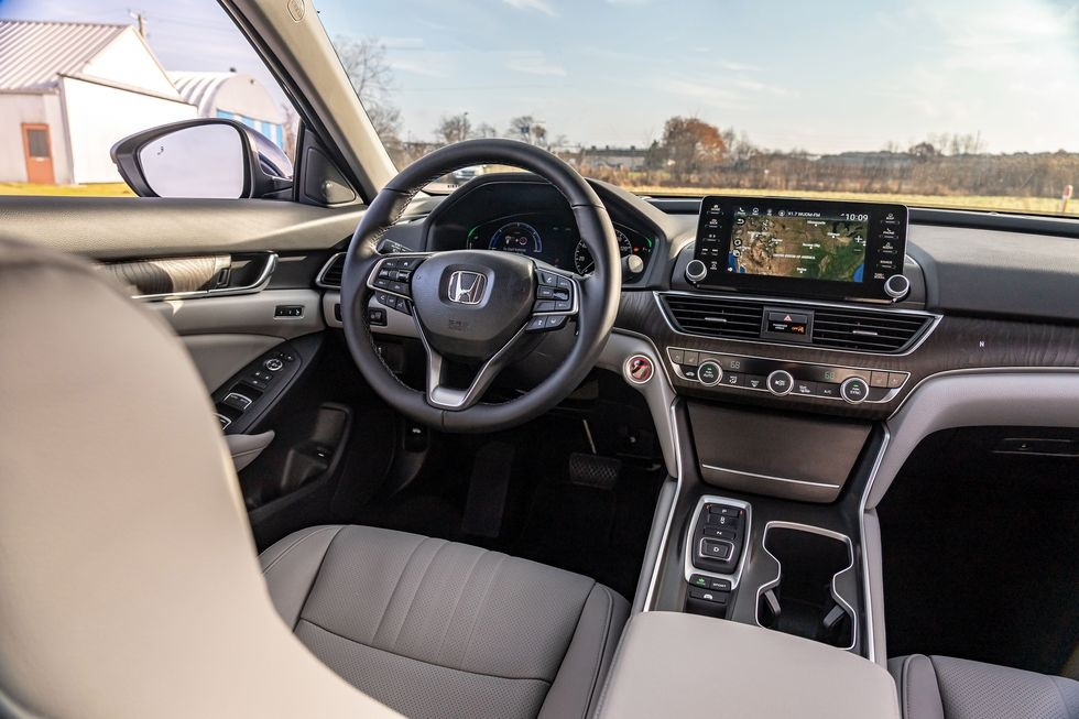 Chon sedan tiet kiem, Honda Accord hay Toyota Camry? hinh anh 7 2019_honda_accord_hybrid_and_2019_toyota_camry_hybrid_111_1578505291.jpg