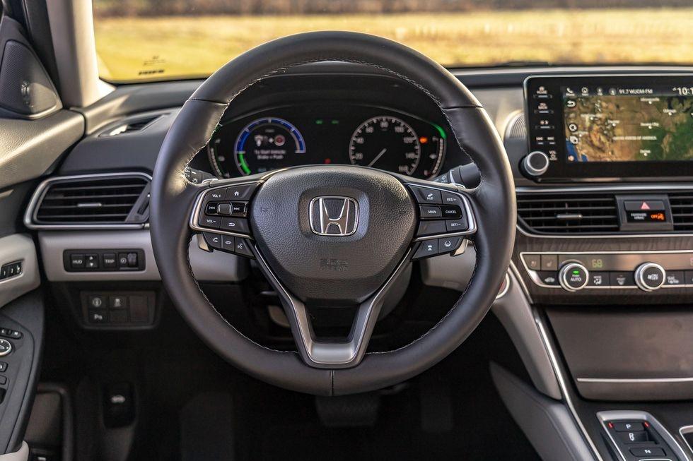Chon sedan tiet kiem, Honda Accord hay Toyota Camry? hinh anh 15 2019_honda_accord_hybrid_and_2019_toyota_camry_hybrid_115_1578505295.jpg