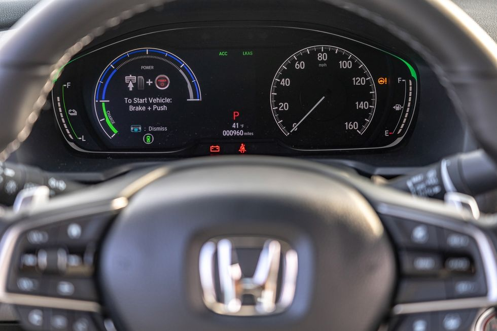 Chon sedan tiet kiem, Honda Accord hay Toyota Camry? hinh anh 21 2019_honda_accord_hybrid_and_2019_toyota_camry_hybrid_117_1578505295.jpg