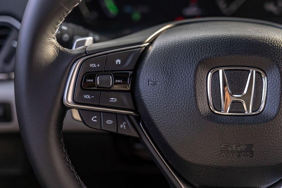 Chon sedan tiet kiem, Honda Accord hay Toyota Camry? hinh anh 39 2019_honda_accord_hybrid_and_2019_toyota_camry_hybrid_119_1578505296.jpg
