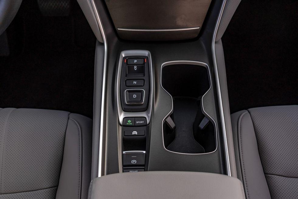 Chon sedan tiet kiem, Honda Accord hay Toyota Camry? hinh anh 36 2019_honda_accord_hybrid_and_2019_toyota_camry_hybrid_123_1578505298.jpg