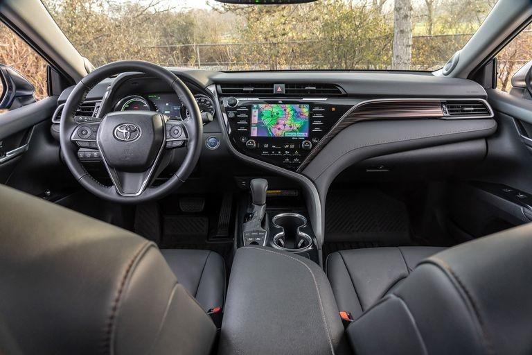 Chon sedan tiet kiem, Honda Accord hay Toyota Camry? hinh anh 6 2019_honda_accord_hybrid_and_2019_toyota_camry_hybrid_135_1578505347.jpg