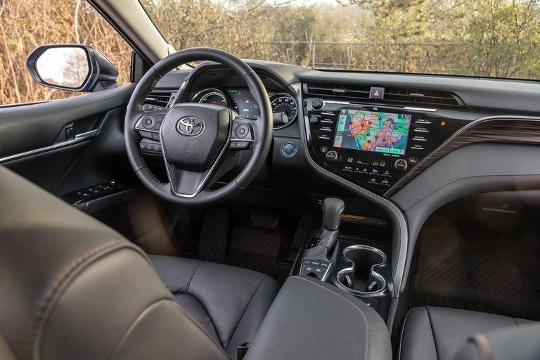 Chon sedan tiet kiem, Honda Accord hay Toyota Camry? hinh anh 8 2019_honda_accord_hybrid_and_2019_toyota_camry_hybrid_136_1578505348.jpg