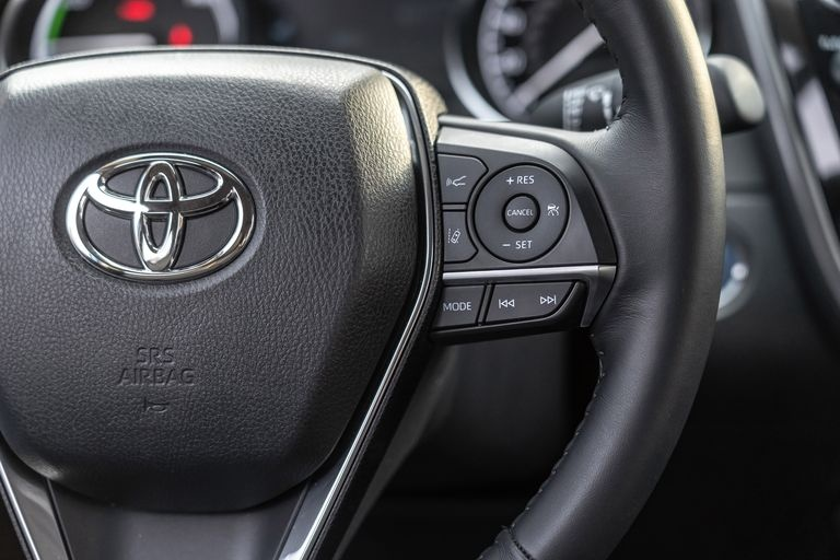 Chon sedan tiet kiem, Honda Accord hay Toyota Camry? hinh anh 40 2019_honda_accord_hybrid_and_2019_toyota_camry_hybrid_143_1578505351.jpg