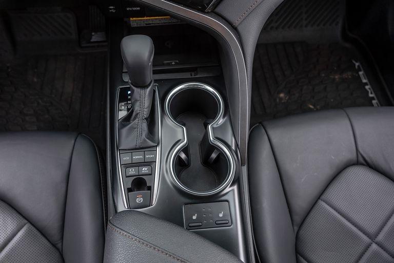 Chon sedan tiet kiem, Honda Accord hay Toyota Camry? hinh anh 35 2019_honda_accord_hybrid_and_2019_toyota_camry_hybrid_146_1578505356.jpg