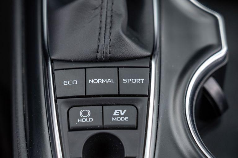 Chon sedan tiet kiem, Honda Accord hay Toyota Camry? hinh anh 37 2019_honda_accord_hybrid_and_2019_toyota_camry_hybrid_147_1578505354.jpg