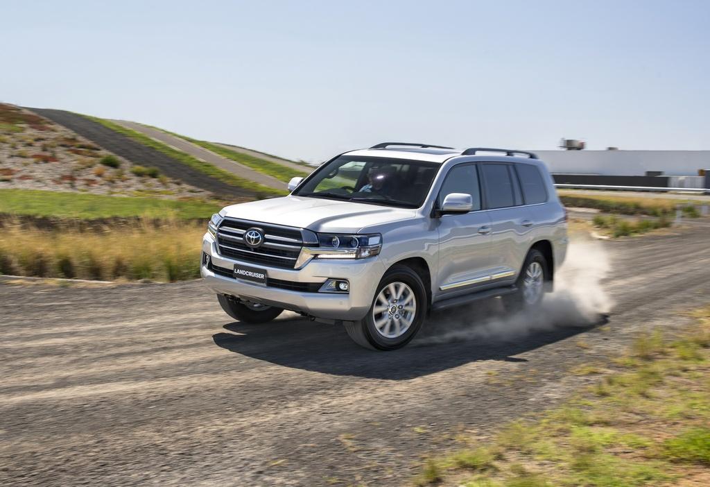Land Cruiser Sahara Horizon được trang bị đèn pha LED, la-zăng hợp kim 18 inch, kiểm soát khí hậu 4 vùng độc lập, ghế trước chỉnh điện kèm sưởi và thông gió, hệ thống âm thanh cao cấp, dẫn đường vệ tinh, gói tính năng an toàn Toyota Safety Sense.