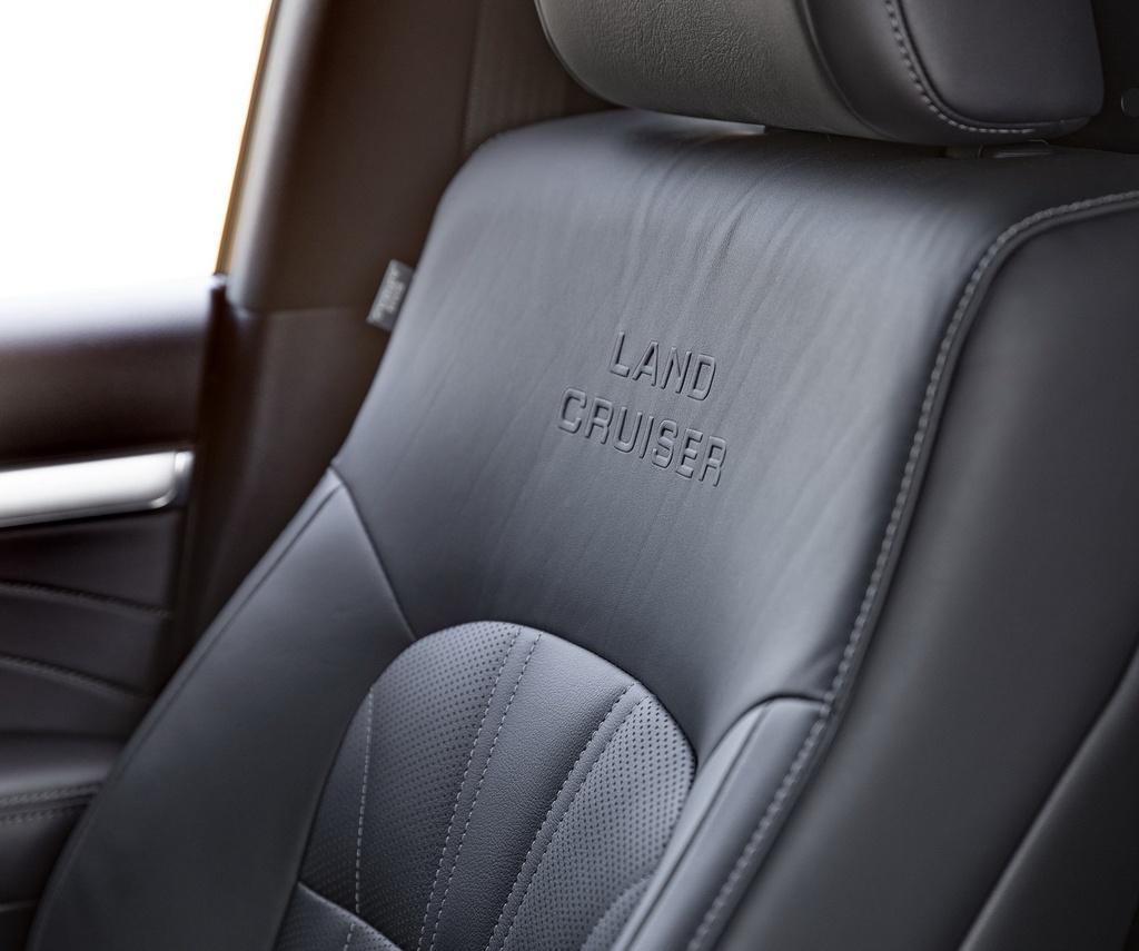 """Bản giới hạn sử dụng ghế da semi-aniline, chỉ khâu đặc biệt, tựa đầu thêu chữ Land Cruiser, vô lăng bọc da có chức năng sưởi, trần xe màu đen với chi tiết trang trí màu sáng bóng, logo """"Land Cruiser"""" và tên hiệu Horizon chiếu sáng xuống đất khi mở cửa xe."""
