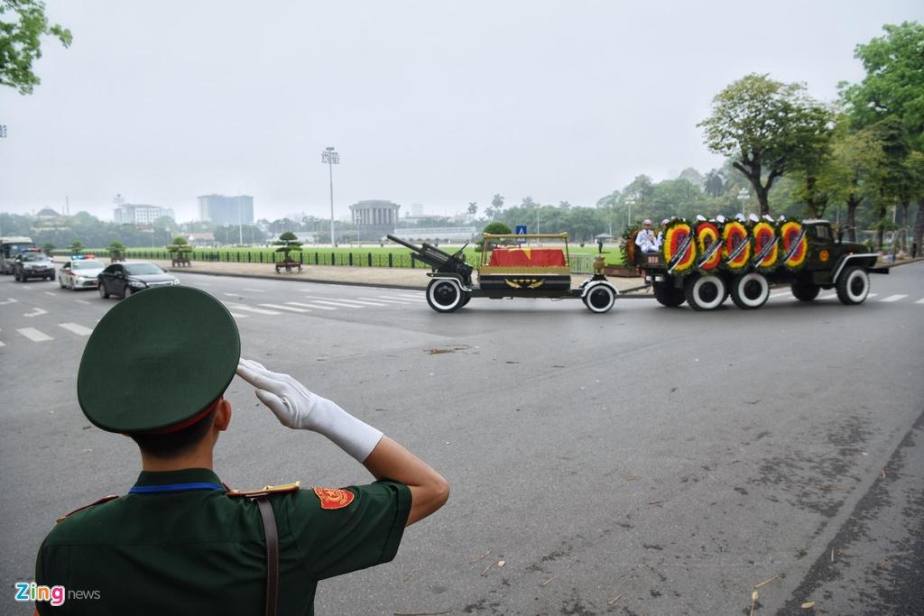 Doan xe tang cho linh cuu dai tuong Le Duc Anh tren duong pho Ha Noi hinh anh 8