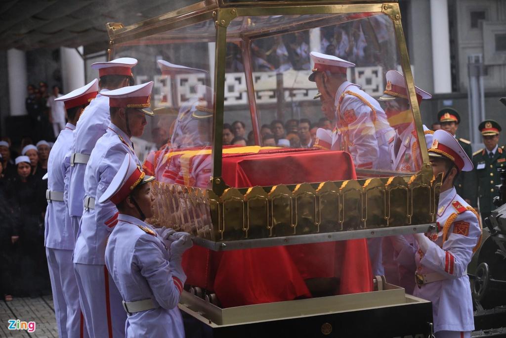 Doan xe tang cho linh cuu dai tuong Le Duc Anh tren duong pho Ha Noi hinh anh 3