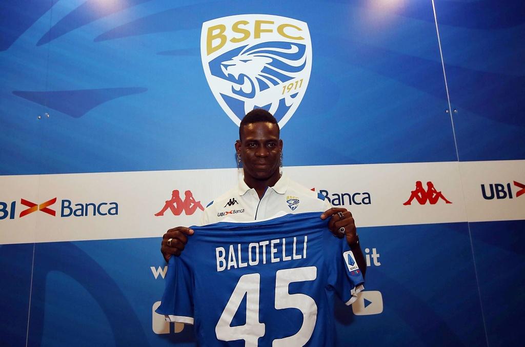 Sieu quay Balotelli va chuyen ve nha bao tap hinh anh 2 epa.jpg